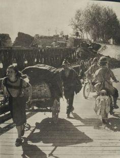 Toscana Mugello - 11 settembre 1944, (cadeva di lunedi), avvenne La Liberazione di Borgo San Lorenzo - borghigiani rientrano in paese attraversando la passerella sul fiume Sieve. #TuscanyAgriturismoGiratola