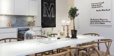 The Design Chaser: Homes to Inspire Tidy Kitchen, Kitchen Dining, Kitchen Decor, Dining Room Inspiration, Interior Inspiration, Black Interior Design, Marble Tray, Scandinavian Kitchen, Kitchen Interior