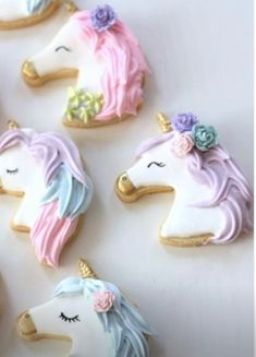 Decorated unicorn cookies decorated with royal icing and fondant. Some easy DIY unicorn cookies and many colorful, rainbow unicorn cookies! Iced Cookies, Cute Cookies, Royal Icing Cookies, Sugar Cookies, Baking Cookies, Fondant Cookies, Unicornio Cookies, Unicorn Cake Design, Bolo Original