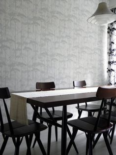 Keittiön seinässä on Marimekon harmaansävyinen Putkinotko-tapetti.