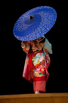 another beautiful kimono, and I love the contrast colour of her shade umbrella.....