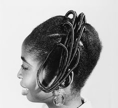Widely regarded as one of the greatest century African photographers, J. Okhai Ojeikere earned international acclaim through his Hairstyle series. Dress Hairstyles, African Hairstyles, Afro Hairstyles, African Threading, Hair Threading, Black Girl Braids, Girls Braids, Most Famous Photographers, Hair Designs
