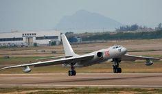 Twin-engine strategische bommenwerper Xian H-6 is de eerste en enige zware bommenwerper van China. Het werd oorspronkelijk gebouwd onder licentie van de Sovjet-Unie in de late jaren 1950, maar China blijft de structuur van de H-6 updaten om het nuttig te houden. Een recente wijziging, de H-6K, waardoor de bommenwerper om kruisraketten te lanceren, waardoor het vliegtuig in een militaire eenheid die in staat van vechten te krijgen in de lange afstand met behulp van hoge-precisie-wapens.