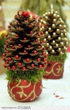 tafel kerstboompjes gemaakt van een potje,mos, dennenappels en pareltjes