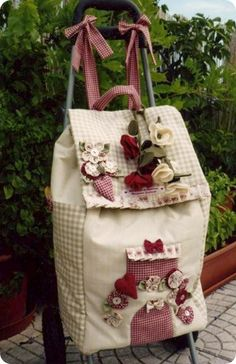 oh, I love this trolley! Patchwork Bags, Quilted Bag, Diy Sac, Unique Purses, Craft Bags, Fabric Bags, Patch Quilt, Handmade Bags, Bag Making