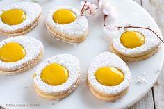 Ecco come preparare gli Easter Egg Cookies, i Biscotti di Pasqua a forma di uovo alla coque. Facili, buoni e golosissimi.