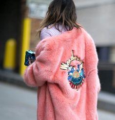 """Et pourquoi pas un manteau rose pour cet hiver ? Si vous êtes encore hésitante sur le choix de votre manteau, retrouvez sur mon blog mes conseils """"style"""" et ma sélection eshop 2016/2017 !"""