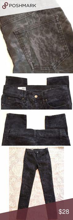"Gap legging jean Gap dark wash printed legging jeans. Measurements laying flat: waist - 13"", rise - 8.5"", inseam - 29"". Excellent pre-loved condition. GAP Jeans Skinny"