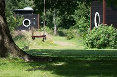 Ver weg van massatoerisme vind je een kleinschalige logeeraccommodatie op een eeuwenoud boerenerf: Erfgoed Bossem in het Twentse Lattrop (6 km van Ootmarsum). Je verblijft hier in een sfeervolle boerderijkamer, avontuurlijke lodgetent of unieke Sterrenkubus.