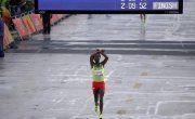 """Clarin.comJuegos Olimpicos Rio 201621/08/16 La protesta de un etíope que ganó una medalla y teme por su vida Juegos Olímpicos  Feyisa Lilesa fue medalla de plata en el maratón. Al cruzar la meta realizó un gesto contra el gobierno de su país, en defensa de la etnia Oromo. """"Si vuelvo a Etiopía, tal vez me maten o me metan en prisión"""", afirmó."""