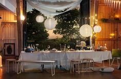 """Decore o """"celeiro"""" com dosséis feitos de têxteis em linho branco, iluminação suspensa, velas, flores, limões frescos, tapetes e toalhas de mesa em linho branco imaculado."""