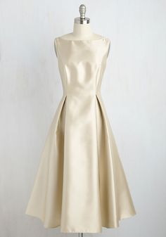 Careful What You Lavish For Midi Dress in Champagne. Days spent longing for a truly luxurious dress end with the arrival of this pleated fit and flare by Adrianna Papell! Vestidos Vintage Retro, Retro Vintage Dresses, Vintage Inspired Dresses, Casual Dresses, Fashion Dresses, Formal Dresses, 50s Dresses, Satin Dresses, Gowns