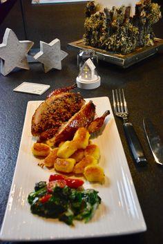 Dies ist der Hauptgang meines Weihnachtsmenus 2017 : Gefüllte Wachteln – Parmesangnocchi – Spinat Und bei Meinen Bloggerfreunden von Kleines Kuliversum und Spiffing Ideas steht heute …