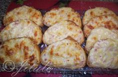 """""""Zapečená sýrová veka od Karelie"""" - super bašta!!! SUROVINY1 veka, 3 velké lučiny (viz. foto), 1 zakysaná smetana, 3polévkové lžícemajolky, 5dkg šunky (nemusí být), sůl, 2-3 stroužky česneku, sýr na postrouháníPOSTUP PŘÍPRAVYJe to velmi jednoduchá a rychlá dobrůtka nejen na oslavičky, ale třeba i jen k večeři nebo když přijede nečekaná návštěva.Lučinu, zakyslou smetanu a majolku vymícháme ručním šlehačem. Poté přidáme nadrobno pokrájený salám, prolisovaný česnek a dle chuti osolíme…"""