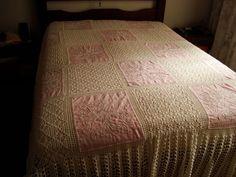 colcha crochê e tecido (linhão) bordado.