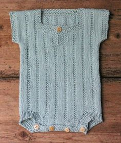Strik en body til din baby - susanne-gustafsson. Knitting For Beginners, Knitting For Kids, Baby Knitting Patterns, Brei Baby, Baby Boy Outfits, Kids Outfits, Baby Barn, Designer Baby, Reborn Babies