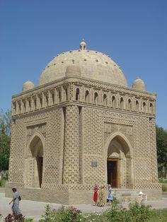 Le mausolee d'Ismail Samani, à Boukhara, fait partie des quelques vestiges laissés par l'invasion mongole. En 1220, les armées de Gencis Kan ravagent la Transoxiane, l'actuel Ouzbékistan. Toutes les grandes villes comme Boukhara ou Samarcande sont pillées...