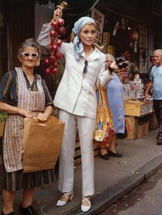 Both look great. Potentially prefer the old lady's outfit tho. 70s Fashion, Vintage Fashion, Hollywood Fashion, Hollywood Actresses, Streetwear, Faye Dunaway, Alexa Chung, Old Women, Style Icons