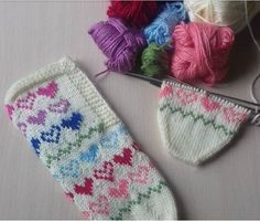Teachers Pet, Moda Emo, Knitted Slippers, Knitting Socks, Diy And Crafts, Winter Hats, Cross Stitch, Chic, Crochet