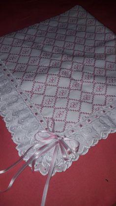 Manta bebê Baby Dress Patterns, Sewing Patterns, Crochet Patterns, Baby Embroidery, Embroidery Designs, Monks Cloth, Palestinian Embroidery, Swedish Weaving, Useful Life Hacks