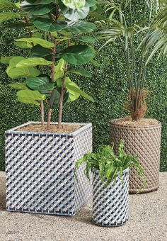 Add color and functionality to your outdoor entertaining space with this multitoned planter. Fashioned of high-quality, all-weather wicker and rattan to ensure years of enjoyment.