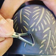 "36 Me gusta, 6 comentarios - Cerámica Artesanal (@nicaceramica) en Instagram: ""Haciendo pruebas para un juego de café ☕️ #nica #ceramica #arg #engobe #violeta #taza #cafe #te"" Sgraffito, Ceramic Birds, Ceramic Clay, Ceramic Pottery, Pottery Painting Designs, Pottery Designs, Ceramic Techniques, Pottery Techniques, Vase Deco"