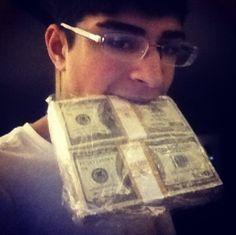 RENOVAÇÃO: Jovem rico se exibe com 'muito, muito dinheiro' no...