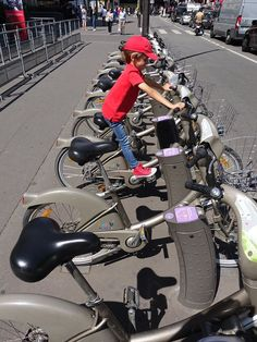 Ce ne sont pas les moyens de locomotion qui manquent à Paris. #Paris #Voiture #train #vélo #vélib #transport #Arthurautourdumonde