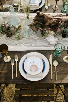15 Stylish Wedding Table Setting Ideas for Every Couple Beach Table Settings, Wedding Place Settings, Beach Wedding Reception, Seaside Wedding, Sea Wedding Theme, Vintage Beach Weddings, Bohemian Beach Wedding, Photography Wedding Themes, Beach Centerpieces
