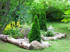 Rikkaruohot ja nurmikko eivät valtaa kukkapenkkiä, kun ympäröit sen kivireunuksella. Kivien alle kannattaa levittää sanomalehtiä.1. Kanttaa kasviryhmien Raised Flower Beds, Woodland Garden, Backyard, Patio, Landscape Design, Garden Sculpture, Outdoor Decor, Flowers, Plants