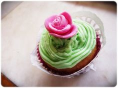 Rose cupcakes with paper-lace wrapping (Tangled Party)