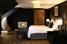 Sypialnia na poddaszu i wiszący fotel w wykuszo-lukarnie / dormer attic bedroom / źródło: deccoria.pl