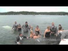 Noivos e padrinhos caem no lago na hora da foto de casamento