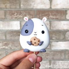 Who had a hamster or guinea pig growing up?🍪 Cutest cake topper by 🎂 Diy Fimo, Cute Polymer Clay, Polymer Clay Animals, Cute Clay, Polymer Clay Creations, Polymer Clay Crafts, Clay Crafts For Kids, Clay Pot Crafts, Cake Topper Tutorial