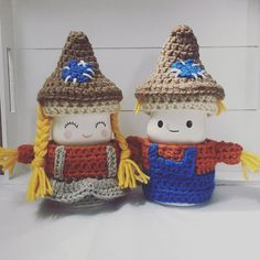 The scarecrow couple! Valentine Hats, Ray Dunn, Cute Marshmallows, Craft Projects, Craft Ideas, Mugs For Men, Tray Decor, Yarn Crafts, Beanies