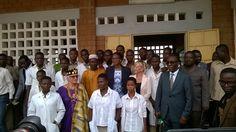 Photo de famille de Madame le Ministre Cina Lawson avec les élèves de la filière #ElectroTechnique #Numerique dans l'#Education