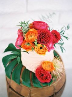Ah, a perfectly perfect little tropical cake! - 17 Tropical Wedding Cakes Perfect for Summer Weddings Wedding Cake Toppers, Wedding Cakes, Hawaii Wedding Cake, Decoration Evenementielle, 100 Layer Cake, Tropical Party, Tropical Paradise, Tropical Backyard, Wedding Colors