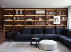 Renata Castilho e Camila Buciani projetaram esta biblioteca aconchegante, com estantes de madeira pau ferro e uma bancada para trabalho