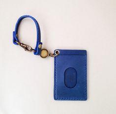 シュッと引っ張って、快適な仕様感。リール付きの本革パスケースです。ベルト付きなので、鞄の持ち手に通せます。抜群の感触・こだわりの天然皮革で評判のある栃木レザー...|ハンドメイド、手作り、手仕事品の通販・販売・購入ならCreema。
