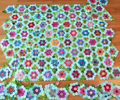 Gardens grandmothers and hexagons on pinterest for Grandmother flower garden quilt pattern variations