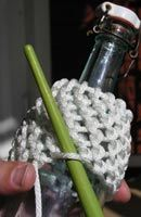 Tränsa flaskor - A tutorial in Swedish that shows how to encase bottles with knotless netting