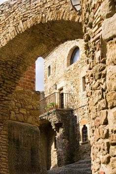 Peratallada #Gerona Travel Maps, Travel Destinations, Bay Of Biscay, Barcelona, Costa, Medieval Town, Old World, Places Ive Been, Beautiful Places