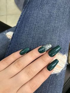 Emerald green nails are fascinating and exciting nail art design. That's why we want to show you some gorgeous and fashionable ideas so that you can try them when you need them. Emerald green nails are definitely the color that wears on nails this s Manicure Nail Designs, Acrylic Nail Designs, Nail Art Designs, Matte Acrylic Nails, Simple Acrylic Nails, Emerald Nails, Gold Nails, Sparkle Nails, Green Nail Designs