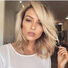 Next hair color golden blonde shoulder length lob Golden Blonde Hair, Brown Blonde Hair, Blonde Lob Hair, Medium Blonde, Spring Hairstyles, Pretty Hairstyles, Black Hairstyles, Medium Hair Styles, Short Hair Styles