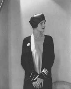 1927, toque hat by Caroline Reboux, Photo by Edward Steichen.
