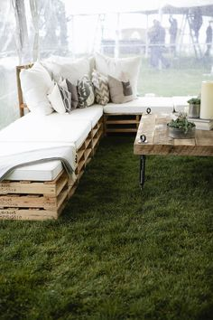 Outdoor Pallet Furniture Ideas with Plush Pillows