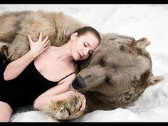 Модели из России в обнимку с медведем шокировала НАТО