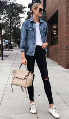 The 35 Chicest Street Style Outfits To Copy ASAP casual style addict / denim jacket t-shirt sneakers bag black skinnies The post The 35 Chicest Street Style Outfits To Copy ASAP appeared first on Denim Diy. Outfit Jeans, Jean Jacket Outfits, Legging Outfits, Jacket Jeans, Outfit With Denim Jacket, Athleisure Outfits, Jeans Denim, Spring Outfit Women, Spring Outfits