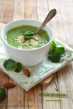 Creamy watercress soup with almonds Healthy Recipes, Soup Recipes, Mojito, Watercress Soup, Veg Soup, Salty Foods, Eating Eggs, Eat Smart, Slow Food