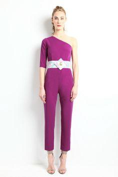"""Mono asimétrico color morado con cinturón brocado de flores. Modelo Astrid - """"Moments"""" P/V 2014 Apparentia Collection."""